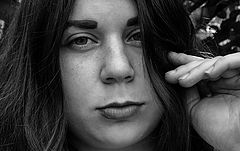 Фото глаза девушки черно белые