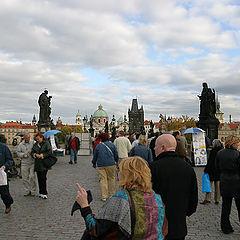 """фото """"Прага. Люди, которые гуляют по Карлову мосту."""""""