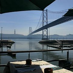 "фото ""The ""25 de abril"" bridge over tagus river"""