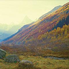 """фото """"Восходящее солнце освещает вершины гор"""""""