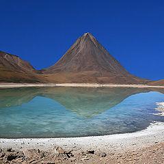 """фото """"Laguna Verde и вулкан Licancabur."""""""
