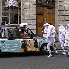 """фото """"Взятие такси. Из серии """"Эти странные британцы""""."""""""