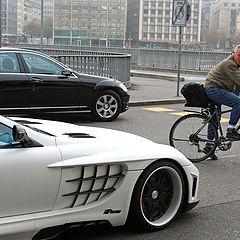 """фото """"Женевский велосипедист:""""Макларен, конечно, круто, но не экологично."""""""""""