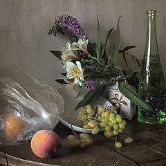 """фото """"Натюрморт с зеленой бутылкой и персиком"""""""