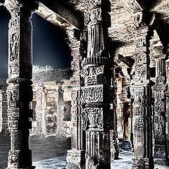 "photo ""Pillars of  Quwwat-ul-Islam Mosque"""