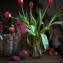 "фото ""Тюльпаны и елочные игрушки"""