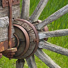 """photo """"Дереянное колесо старой деревянной телеги."""""""