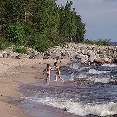 """фото """"Северная  Ладога и дети. Игра   с волнами."""""""