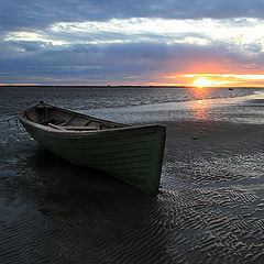 "фото ""Одинокая лодка на закате"""