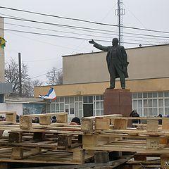 "фото ""Ленин за баррикадой"""