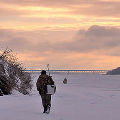 "фото ""Зимним утром, на рыбалку, по льду замерзшей реки"""