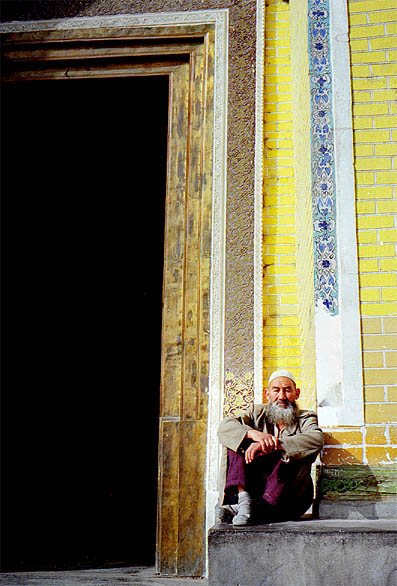 "photo ""The old man outside the mosque"" tags: travel, portrait, Asia, man"