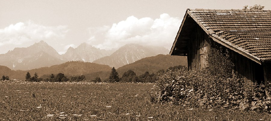 "фото ""Summer cottage outlooking the mountains"" метки: пейзаж, горы"