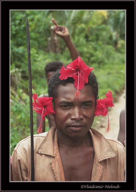 """фото """"Странный жест позади мужчины с гибискусами на ушах"""" метки: портрет, путешествия, мужчина"""