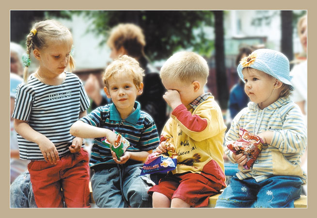 "photo ""Sit-round gathering"" tags: genre, portrait, children"