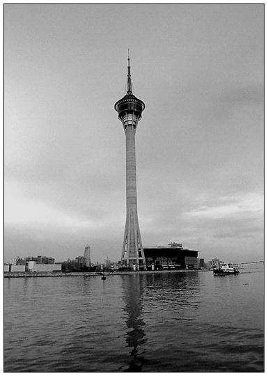 "фото ""Macau Tower, river view"" метки: черно-белые, архитектура, пейзаж,"