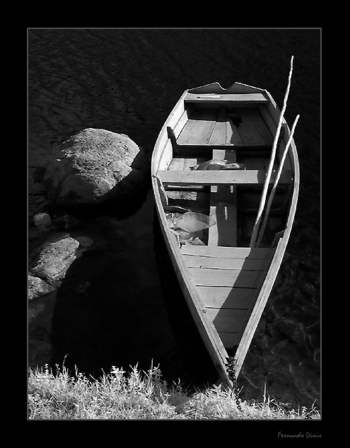 "photo ""Boat on the roks"" tags: landscape, black&white, water"