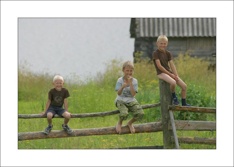девушки присели за забором