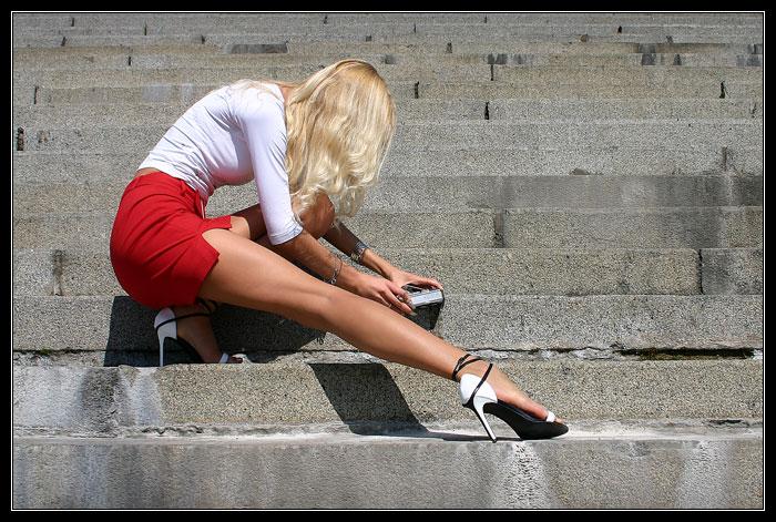 девушка в мини юбке поднимается по лестнице смотреть подбородок, вернее половина