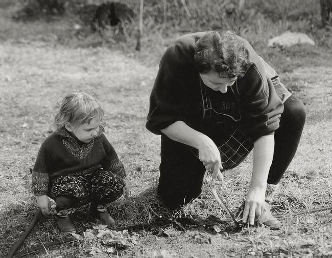 "фото ""бабушка и внучка: уроки земледелия"" метки: черно-белые,"