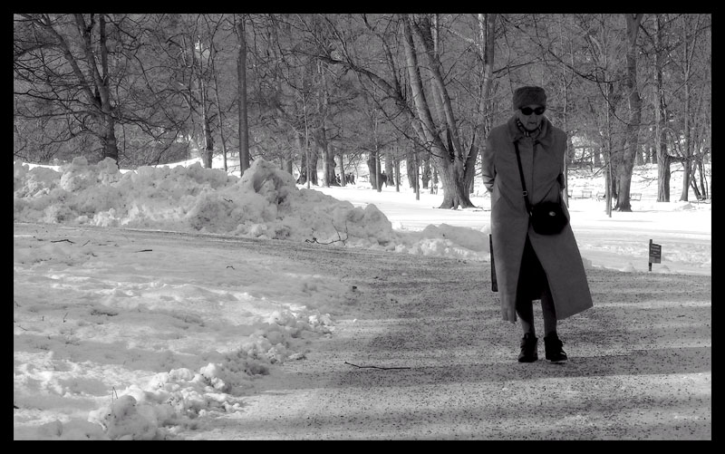 "фото ""just walking"" метки: портрет, черно-белые, женщина"