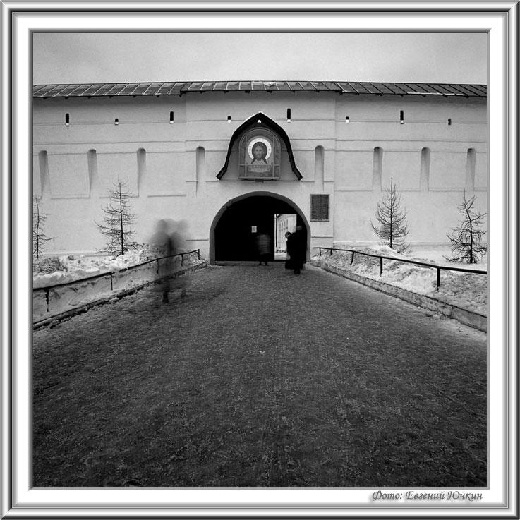 """фото """"Новоспасский монастырь. Дорога в храм"""" метки: архитектура, черно-белые, пейзаж,"""
