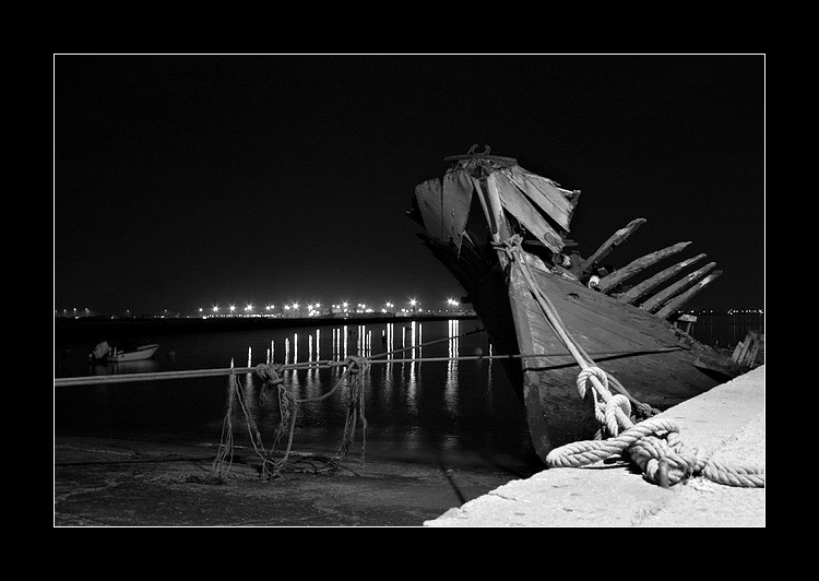 "photo ""Tied up"" tags: landscape, black&white, night"