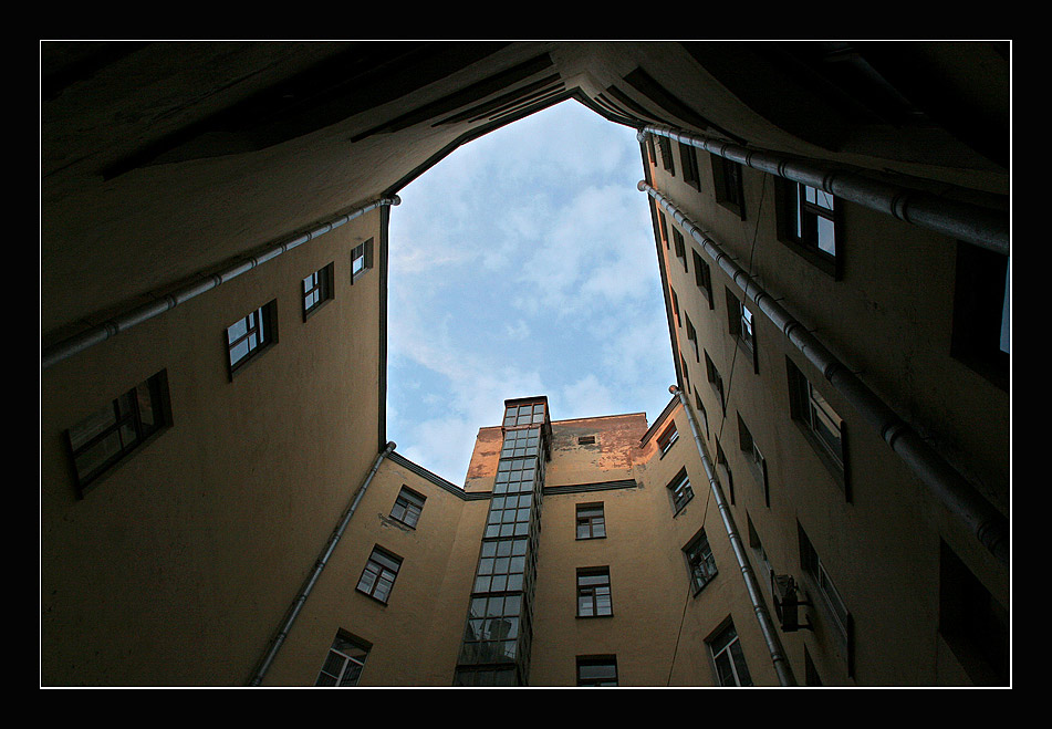 "photo ""Poetry of Petersburg's courtyards in white nights"" tags: architecture, landscape,"