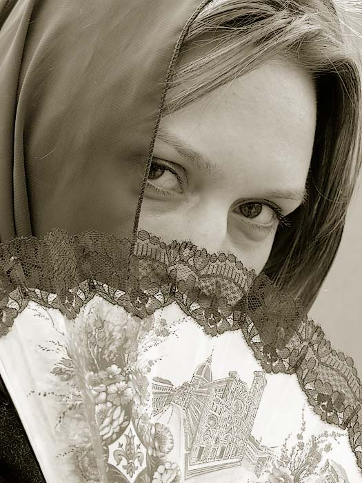"photo ""Blick over Fan"" tags: portrait, woman"