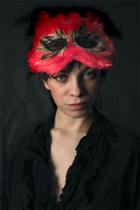 "photo ""The red mask"" tags: portrait, woman"
