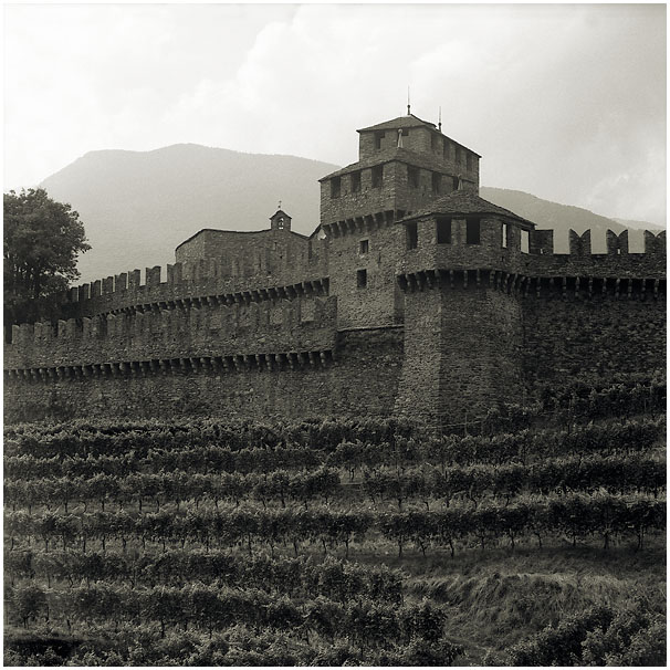 "photo ""Bellinzona, Schweiz"" tags: architecture, landscape,"