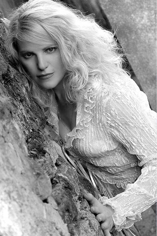 """фото """"У холодной стены."""" метки: портрет, женщина"""