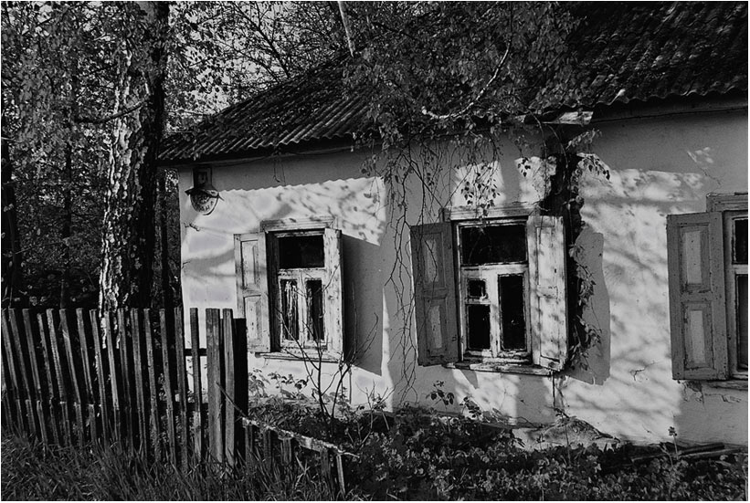 "photo ""The house will be left soon"" tags: architecture, black&white, landscape,"