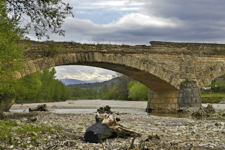 "photo ""mountains under the old bridge"" tags: landscape, architecture, mountains"