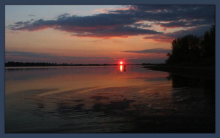 закат река рыбак