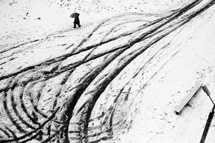 """фото """"Нигде на земле ничего, кроме этой дороги - снегопад весной..."""" метки: черно-белые,"""