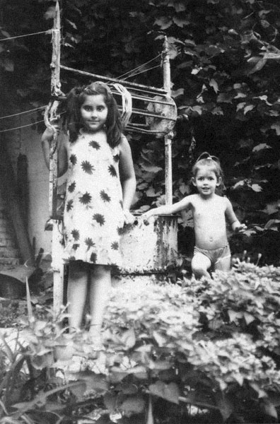 "photo ""Girls at wells"" tags: portrait, old-time, children"