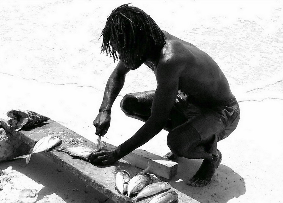 "photo ""Cleaning the fish"" tags: travel, black&white, Africa"