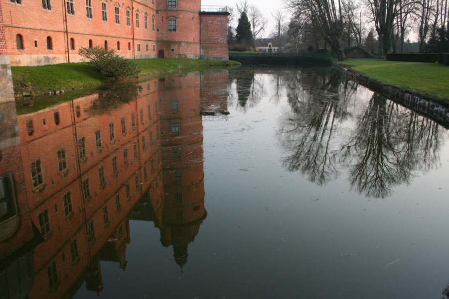 "photo ""Reflection"" tags: architecture, landscape, water"