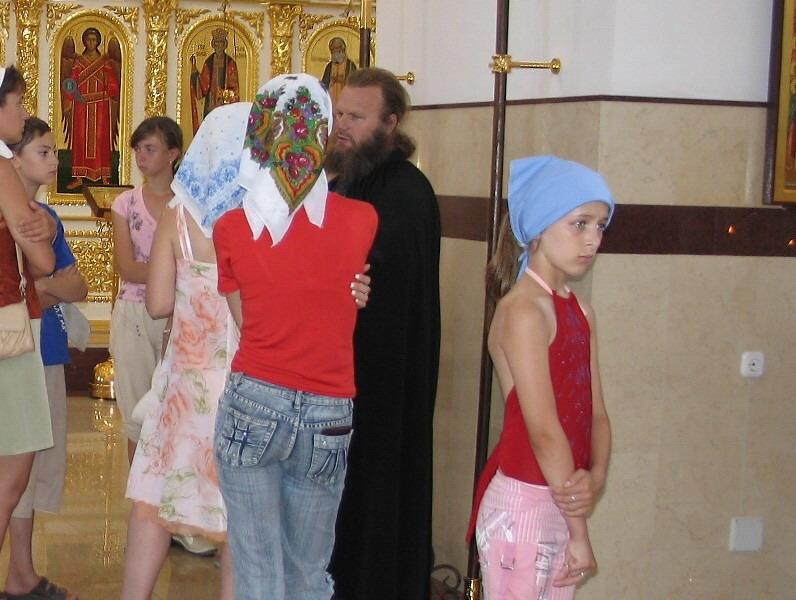 "photo ""Девочка смотрит на фигуру распятого Христа (за кадром)."" tags: genre,"