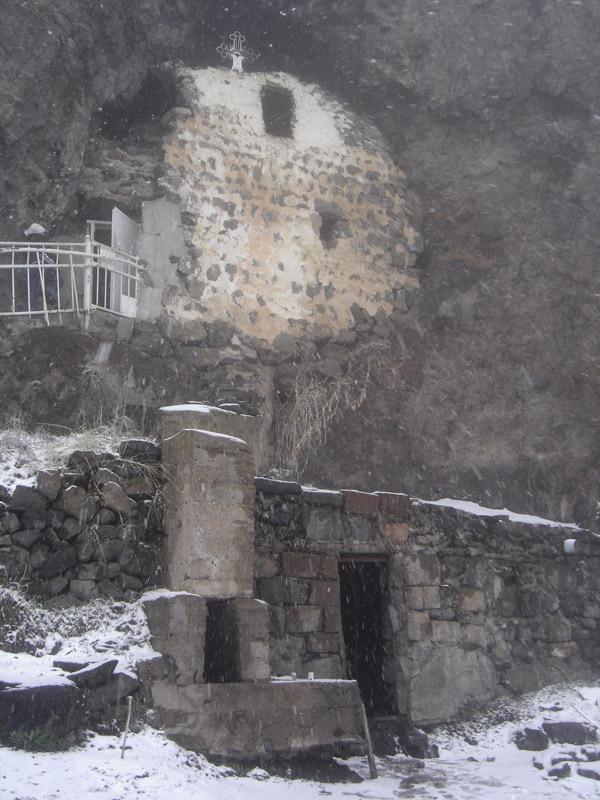 """фото """"Церковь в склоне горы Аралер"""" метки: архитектура, пейзаж,"""