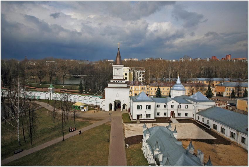 "photo ""Nikolo-Ugreshskiy monastery. A kind on an entrance gate."" tags: architecture, landscape, clouds"