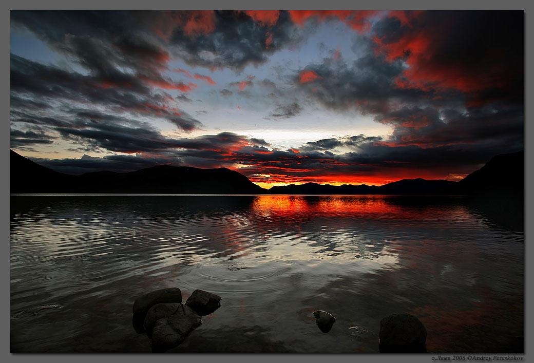 И все-таки закат это прекрасно, говорят, что закат - это трещина между мирами, вполне возможно...
