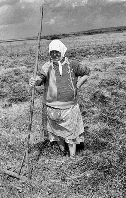 """фото """"""""Баба Саша на уборки сена"""""""" метки: жанр, черно-белые,"""
