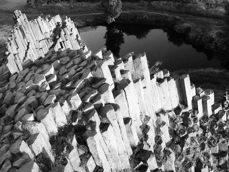 """фото """"Скала и озеро"""" метки: пейзаж, черно-белые, горы"""