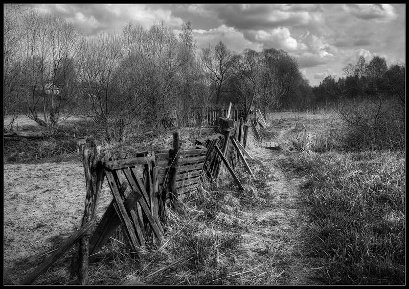 "фото ""Черно-белая с забором"" метки: пейзаж, черно-белые,"