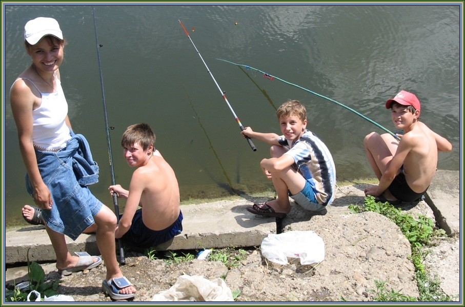 алиса ловит рыбку на парке