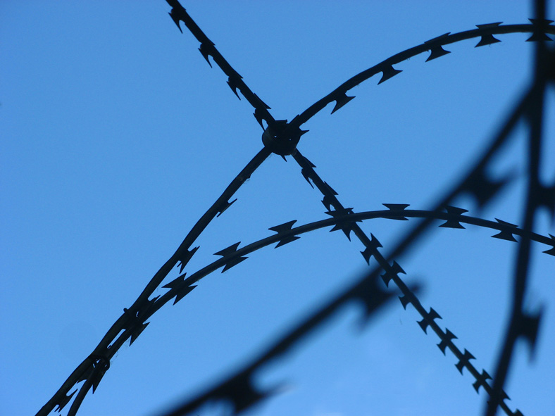 "photo ""Barbed wire"" tags: macro and close-up, fragment,"
