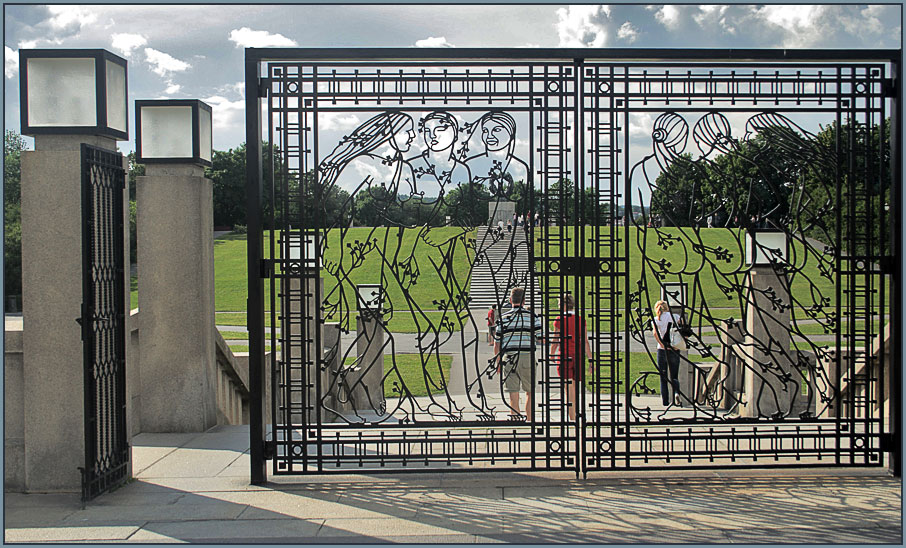 "photo ""Sculpture park Gustave Vigellana, Oslo. Women's grid."" tags: architecture, travel, landscape, Europe"