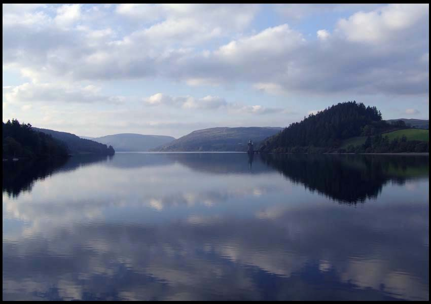 """фото """"Lake Vyrnwy, Wales"""" метки: пейзаж, вода, облака"""